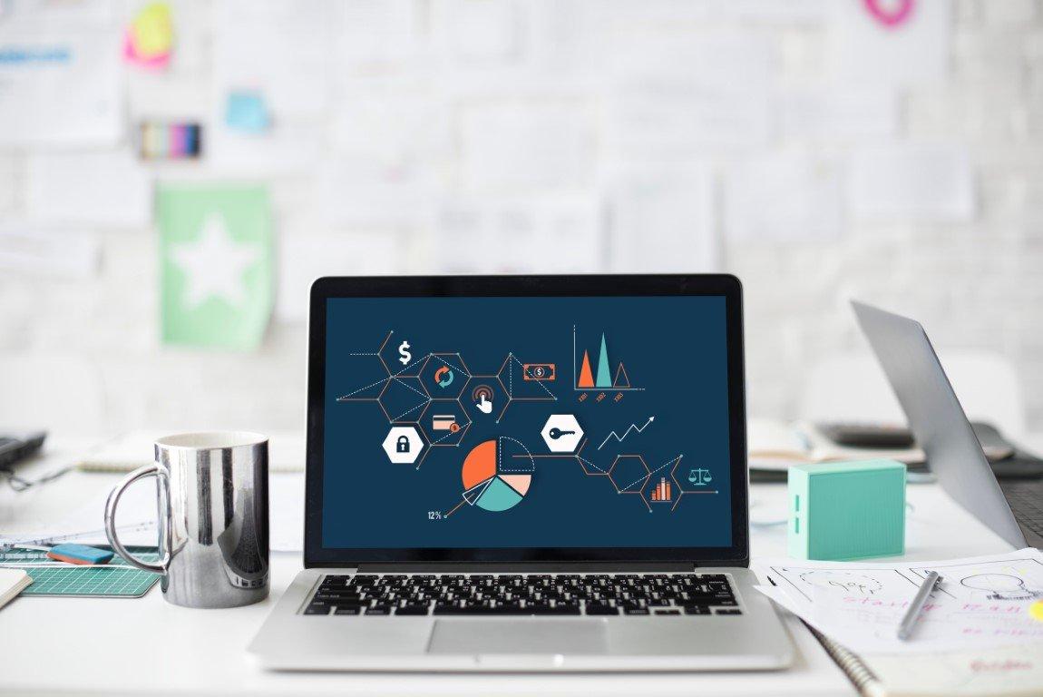 laptop acceso su scrivania in ufficio