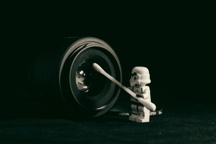 omino lego pulisce obiettivo fotocamera