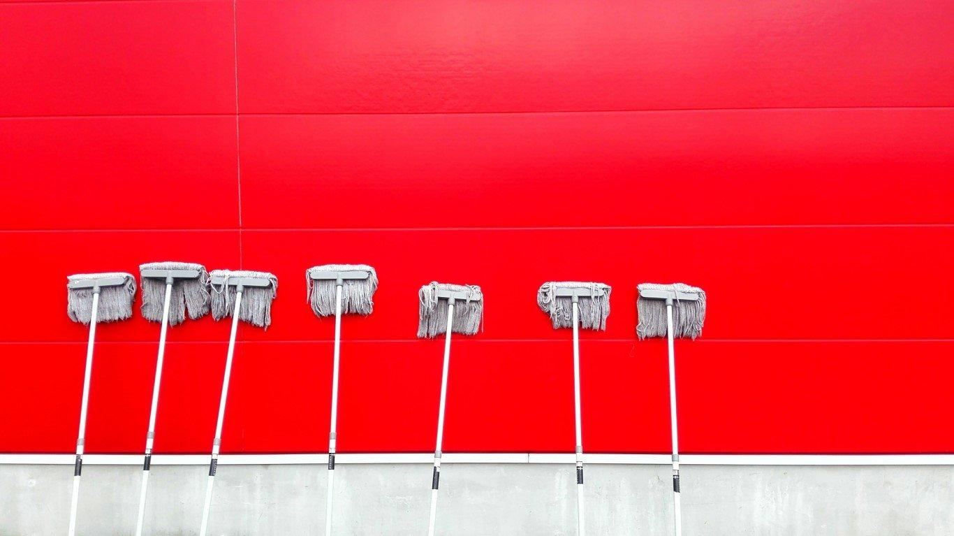 spazzoloni appoggiati a parete rossa