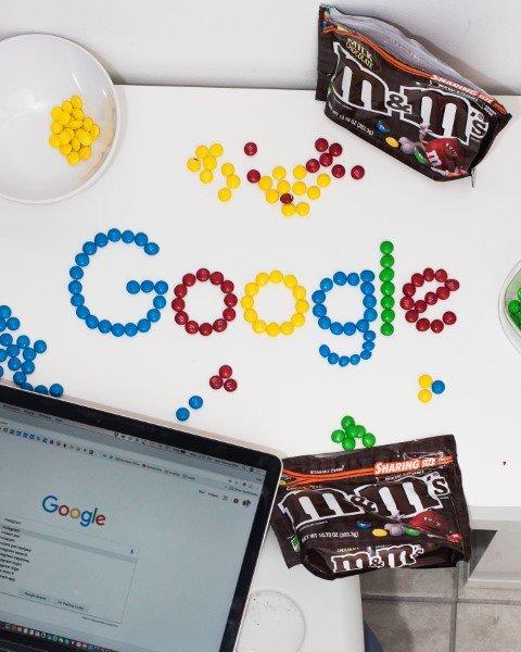 Marchio Google riprodotto con caramelle M&M's