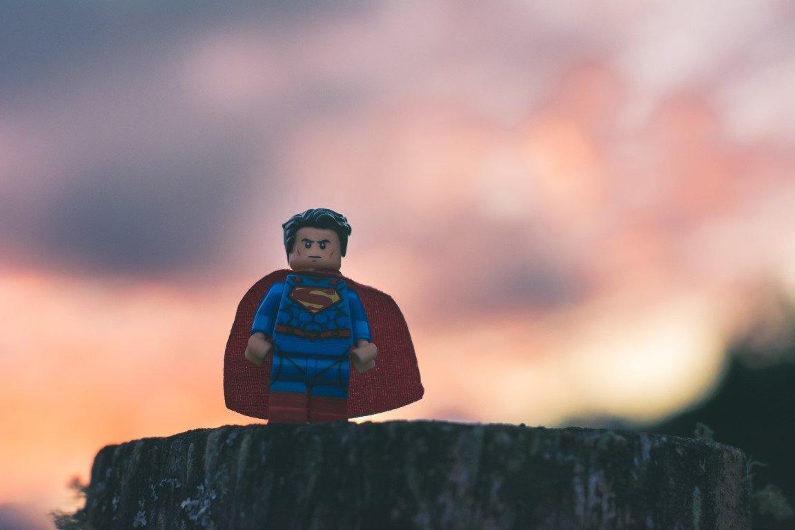 lego superman su roccia