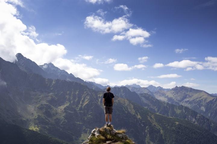 persona in cima a una montagna